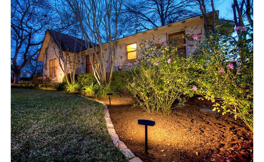 landscaping-boost-outdoor-lighting-standard_49317aaa881fc9936ca47d525d40ef6a_860x527_q85