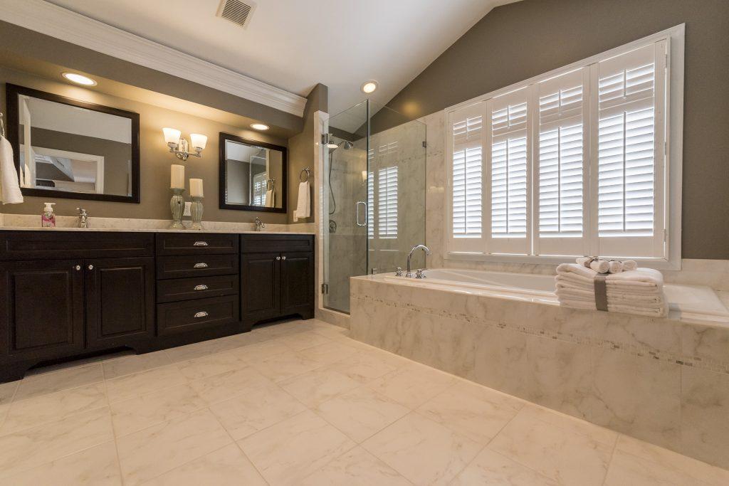 Woodlea Manor en suite bath