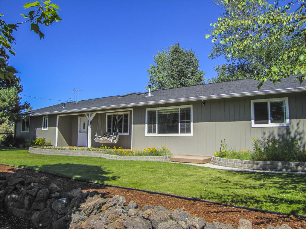 Gorgeous small acreage, minutes from town!
