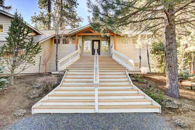 Bright and Beautiful Black Butte Ranch Home on nearly 1 Acre!