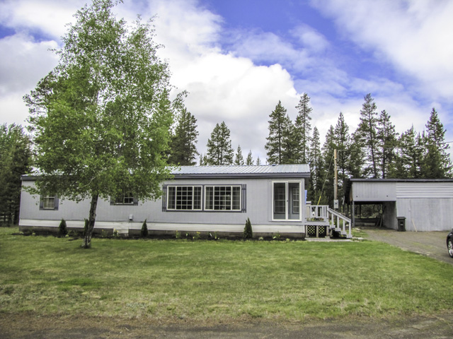 3 bedroom/2 bathroom home on over an acre with small shop!