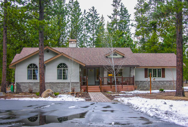 Custom Home 300 Yards from Pringle Falls with Large Garage/Shop!