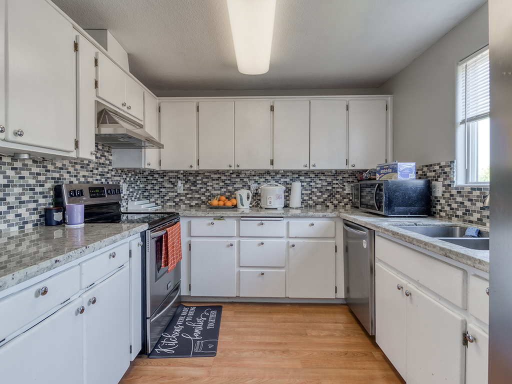 Updated kitchen with marble counters - 1116 W 35th Way, Vancouver, WA 98660