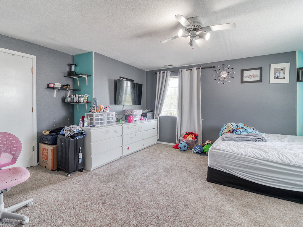 Primary bedroom suite with ceiling fan - 1116 W 35th Way, Vancouver, WA 98660