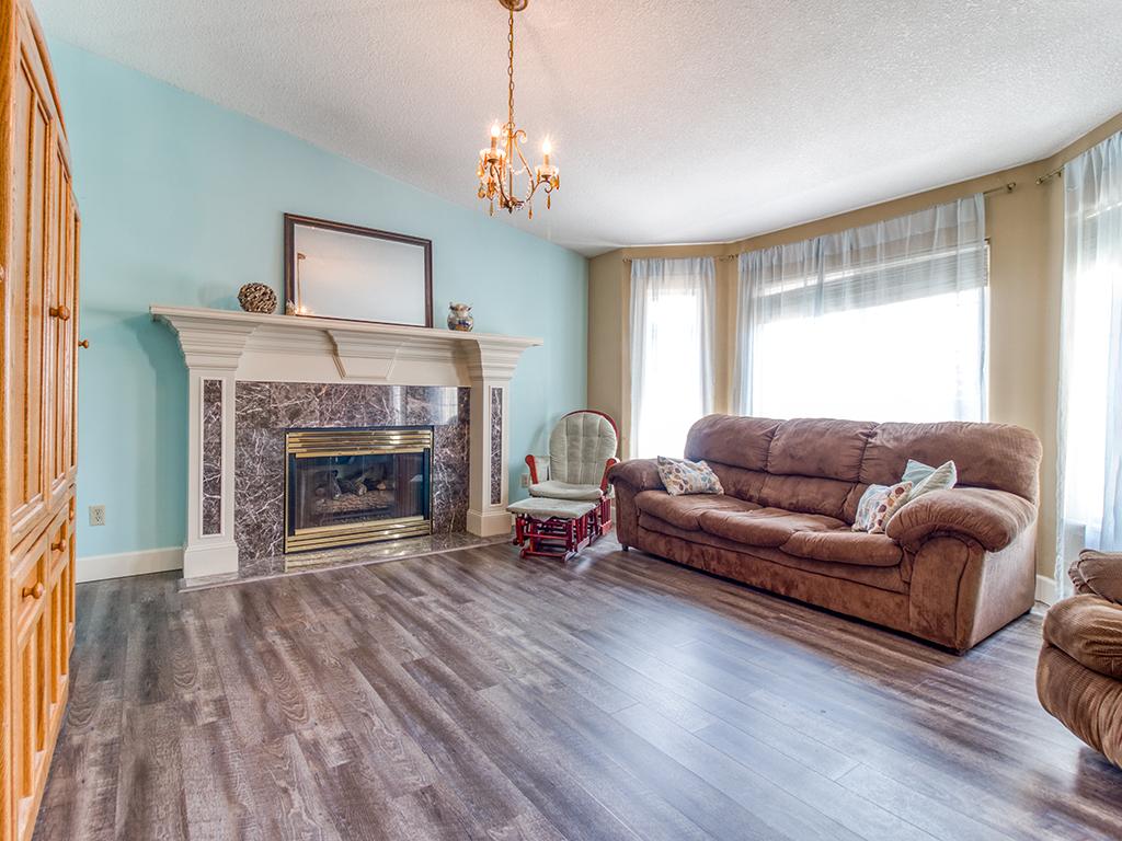 Living room with fireplace & bay window - 13404 NE 93rd Cir, Vancouver, WA 98682