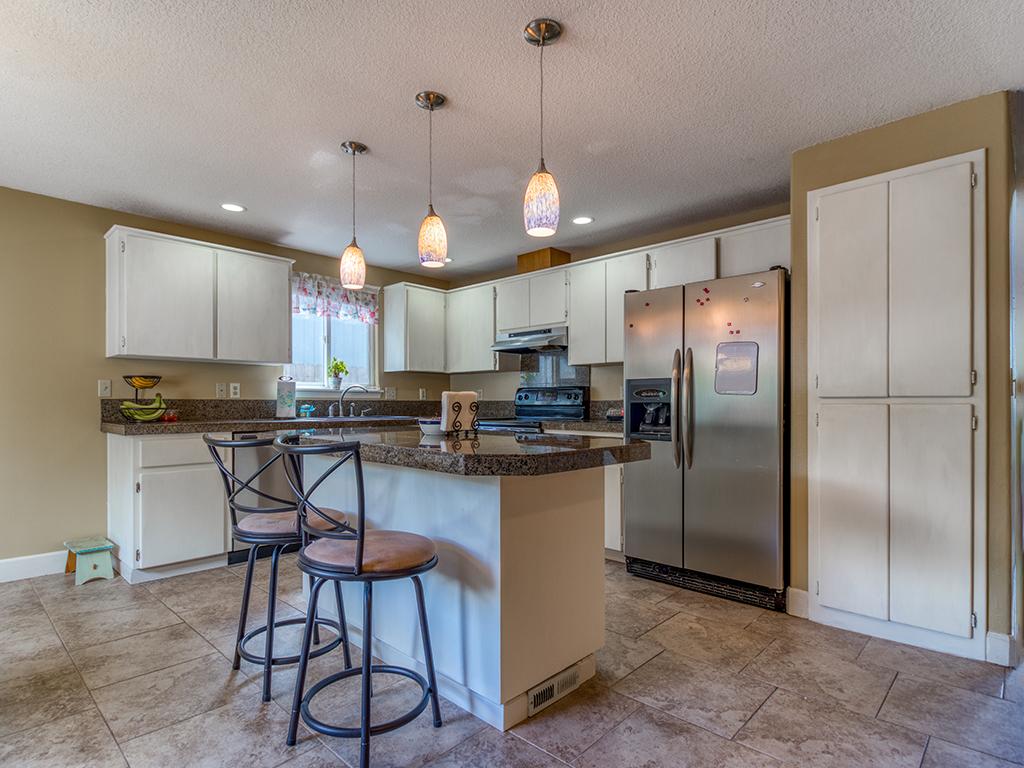 Kitchen with island & tile floor - 13404 NE 93rd Cir, Vancouver, WA 98682