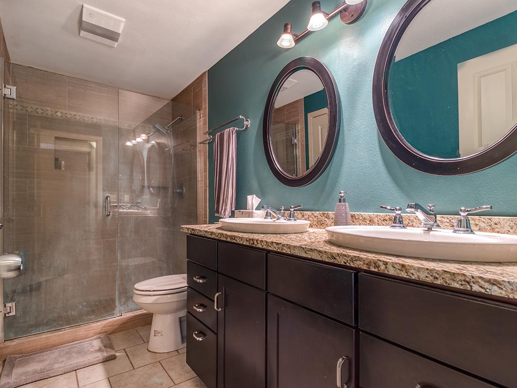 Primary bathroom on the main - 13404 NE 93rd Cir, Vancouver, WA 98682
