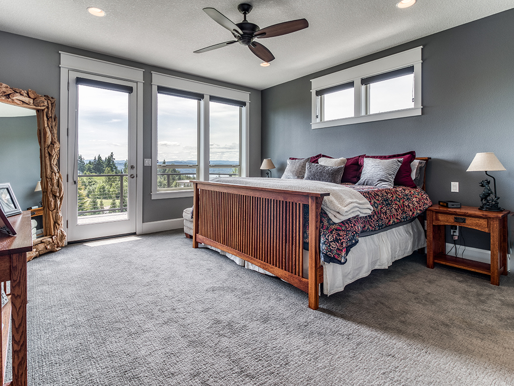 Primary suite on the main with deck access - 307 Milky Way Dr, Woodland, WA 98674