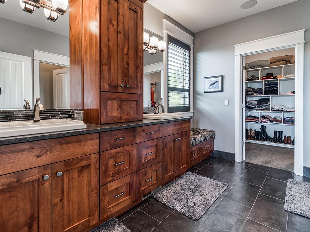Primary bath with walk-in closet, double vanity - 307 Milky Way Dr, Woodland, WA 98674