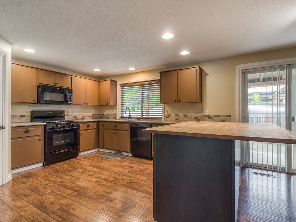 Kitchen with eating bar - 2618 NW 11th St, Battle Ground, WA 98604