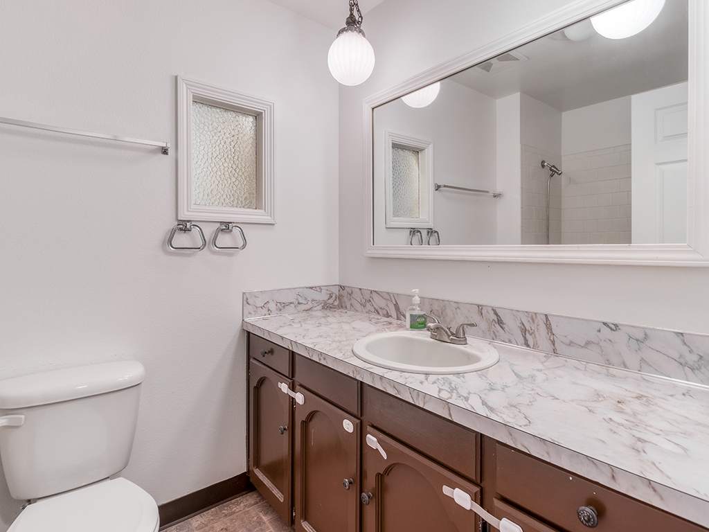 Hallway bathroom - 9902 NE 61st St, Vancouver, WA 98662