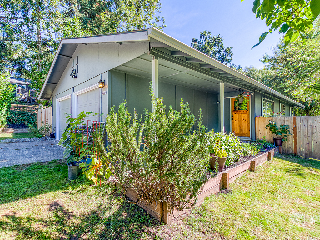 Covered front entry, raised garden beds - 4530 SW 48th Ave, Portland, OR 97221 -