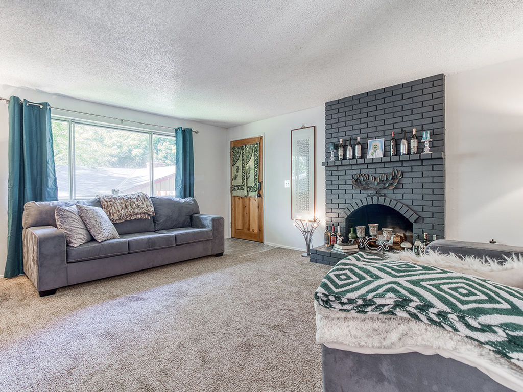 4530 SW 48th Ave, Portland, OR 97221 - Living room with fireplace