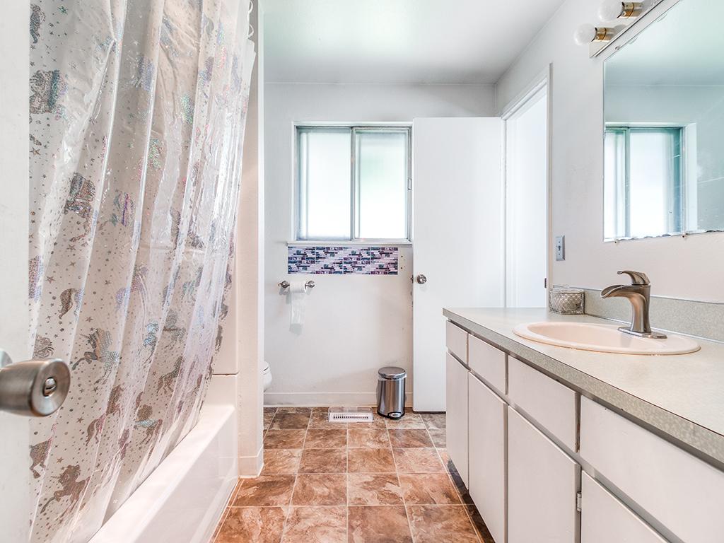 4530 SW 48th Ave, Portland, OR 97221 - Bathroom
