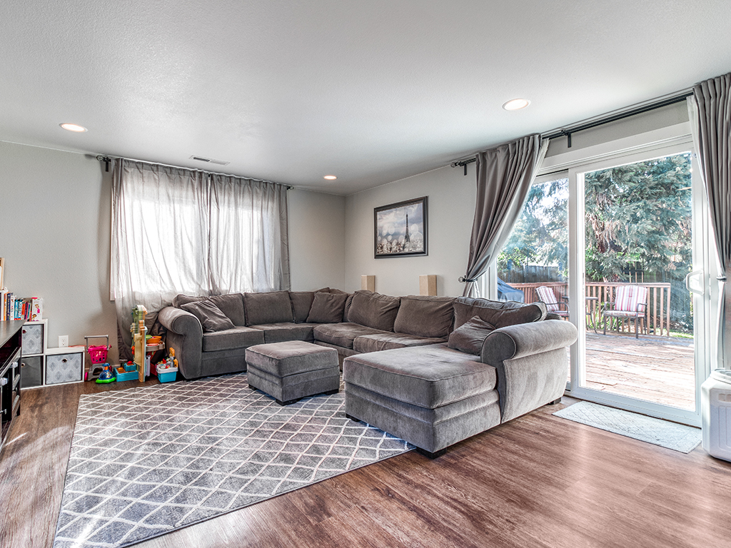 Family room with backyard access - 9501 NE 132nd Ave, Vancouver, WA 98682