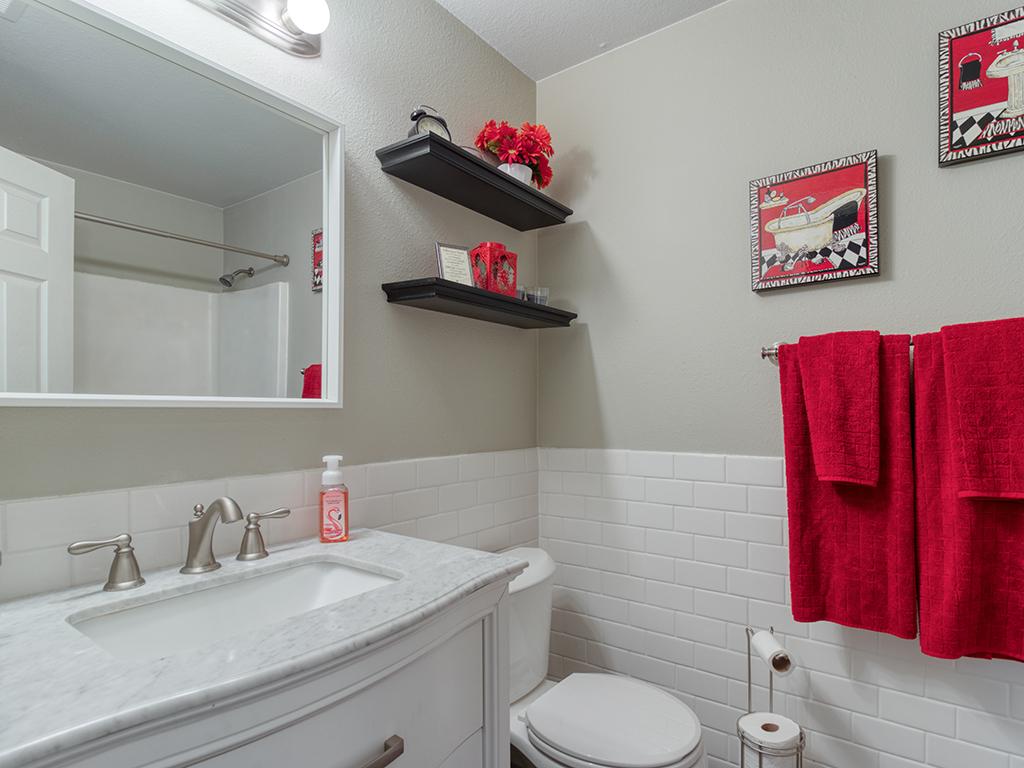Updated hallway bathroom - 9501 NE 132nd Ave, Vancouver, WA 98682