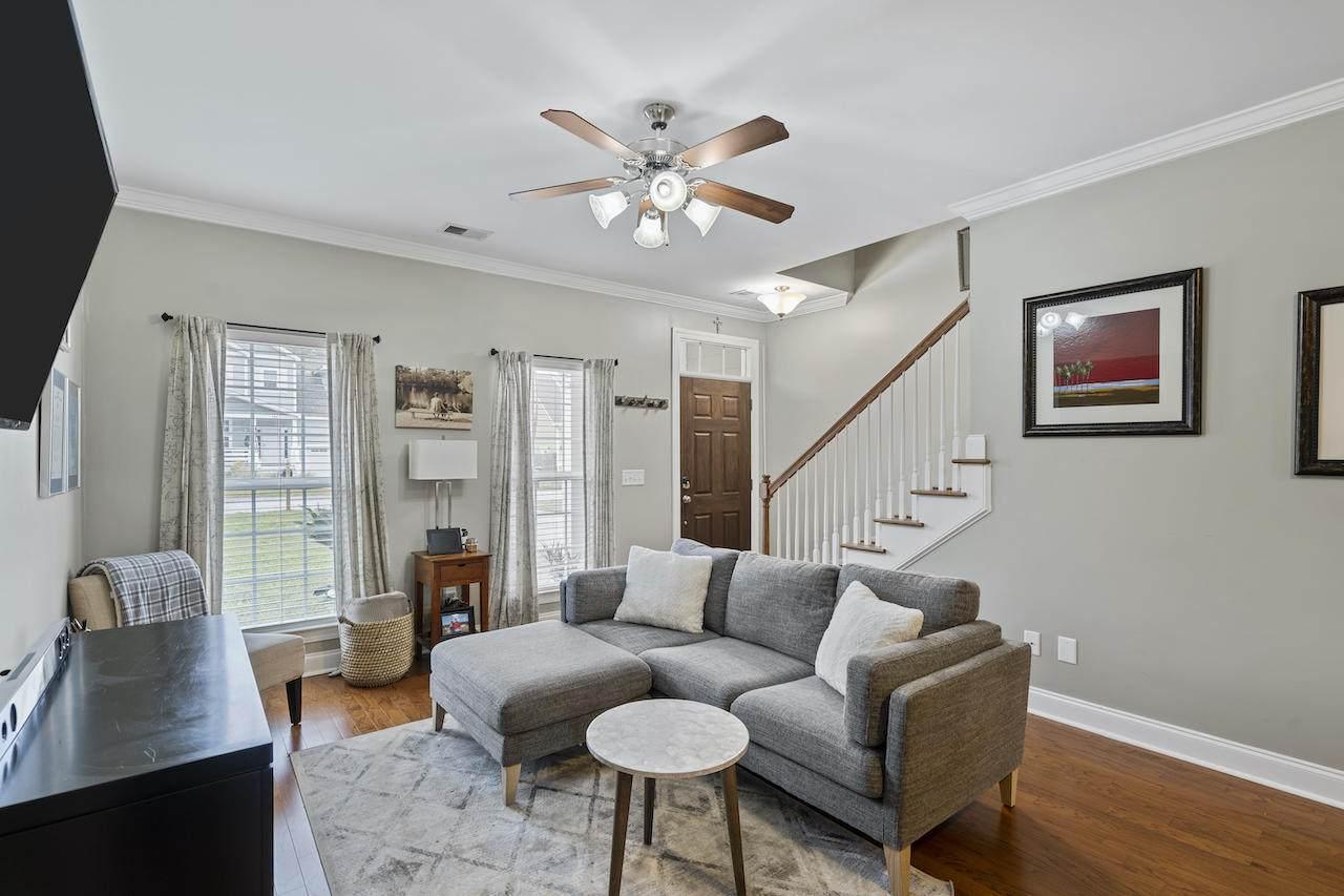 739 kent street living room
