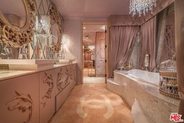 Owner's suite bath Barbie condo