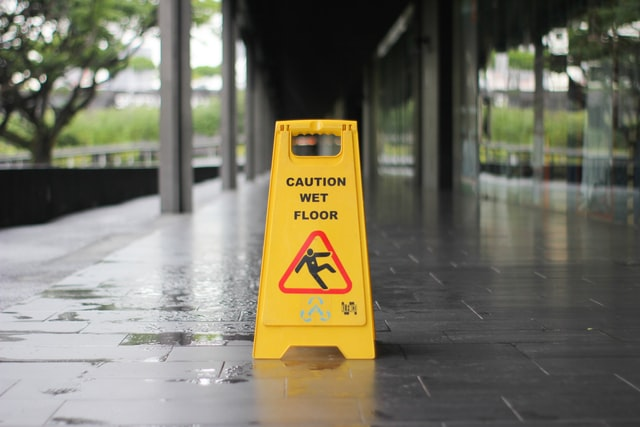 a slippery floor sign